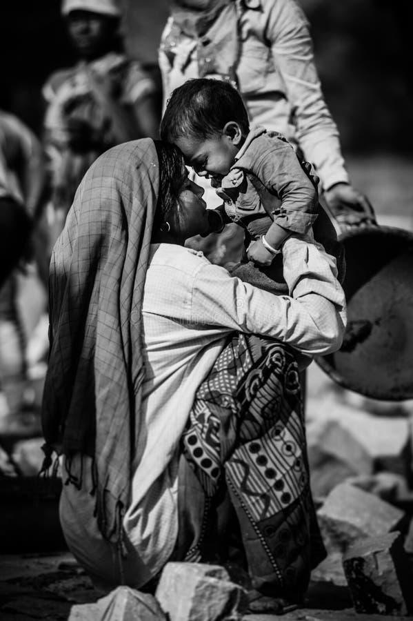 Nicht identifizierte indische Frau mit Kind, wie in Jaipur gesehen Arbeitende indische Mutter lizenzfreie stockfotos