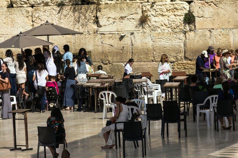 Nicht identifizierte Judefrauen, die durch den Zaun zum weiblichen Sektor der Führung Bar Mizwa-Zeremonie nahe Klagemauer aufpass lizenzfreie stockfotografie