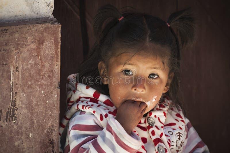 Nicht identifizierte junge einheimische gebürtige Quechua Kinder am lokalen Markt Tarabuco Sonntag, Bolivien lizenzfreie stockfotos