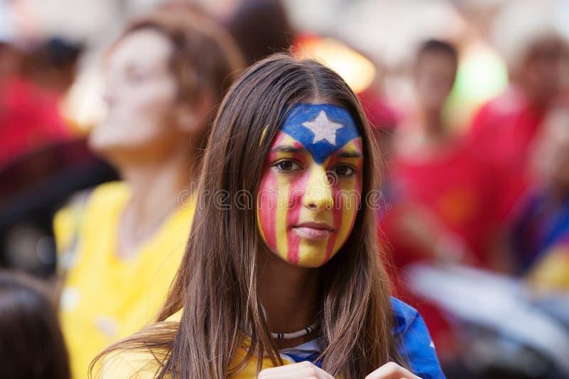 Nicht identifizierte katalanische junge Frau, die katalanische Flagge auf Gesicht macht stockbilder
