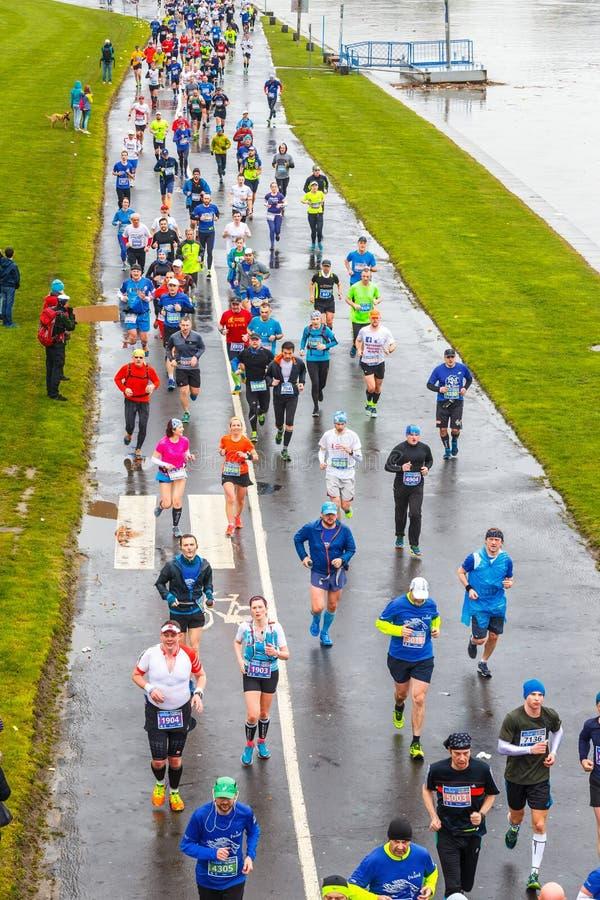 Nicht identifizierte Läufer auf der Straße während 16 Cracovia des Marathons lizenzfreie stockfotografie