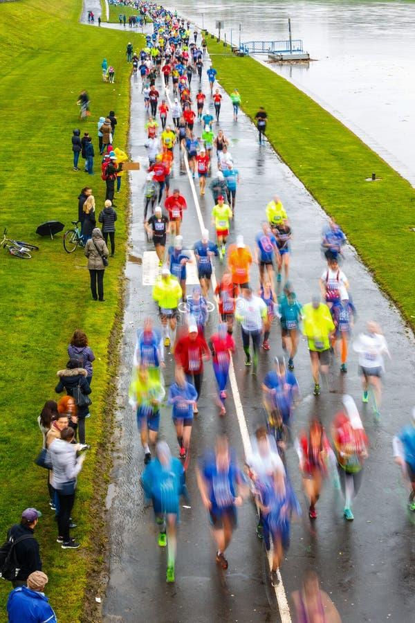 Nicht identifizierte Läufer auf der Straße während 16 Cracovia des Marathons lizenzfreie stockfotos