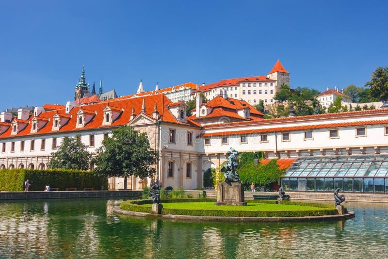 Nicht identifizierte Leute besichtigen französische Gärten und Wallenstein-Palast in Prag stockfotografie