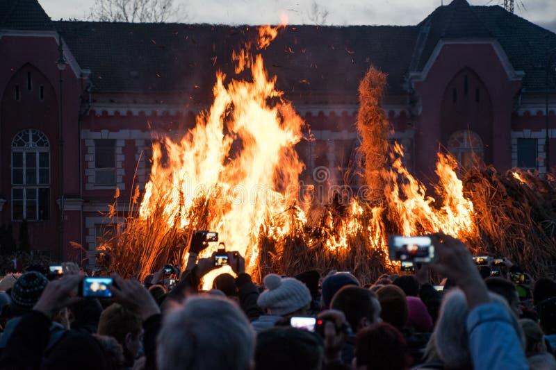 Nicht identifizierte Leute, die den Anfang eines Feuers aufpassen lizenzfreies stockfoto