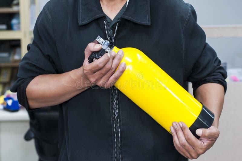 Nicht identifizierte Leute, die gelbe Sauerstoffflasche halten Mann bereiten sich vor und lizenzfreie stockbilder