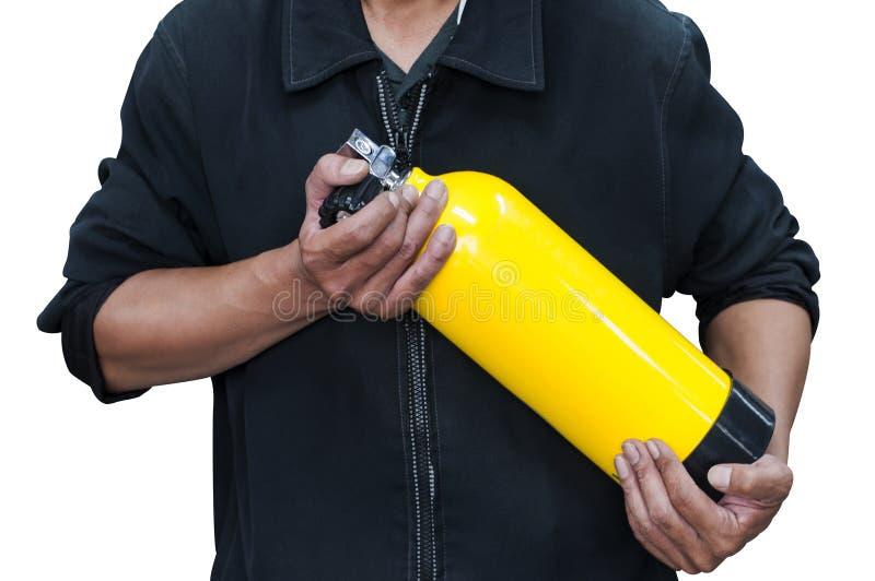 Nicht identifizierte Leute, die gelbe Sauerstoffflasche halten Mann bereiten sich vor und stockbilder