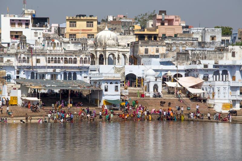 Nicht identifizierte Leute am heiligen Pushkar Sarovar See in Indien stockfoto