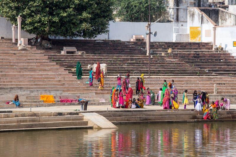 Nicht identifizierte Leute am heiligen Pushkar Sarovar See in Indien stockfotografie