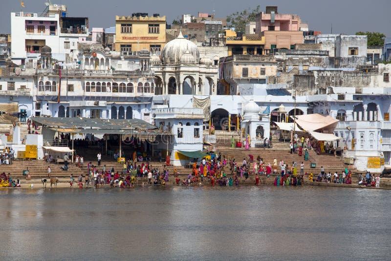 Nicht identifizierte Leute am heiligen Pushkar Sarovar See in Indien stockfotos