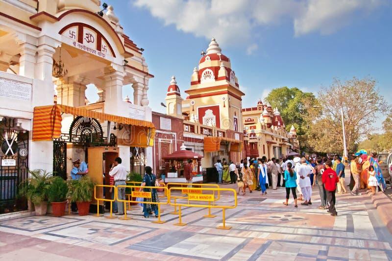 Nicht identifizierte Leute nahe Laxminarayan-Tempel sind ein Tempel in Delhi, Indien lizenzfreie stockbilder