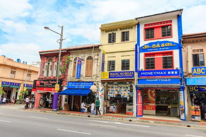 Nicht identifizierte Leute um bunte Fassade des Gebäudes in wenigem Indien in Singapur stockbild
