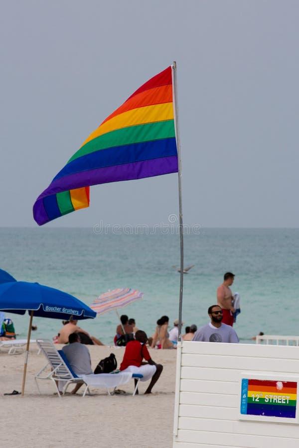 Nicht identifizierte Leute und die homosexuelle Flagge auf dem berühmten Strand von Miam stockbild