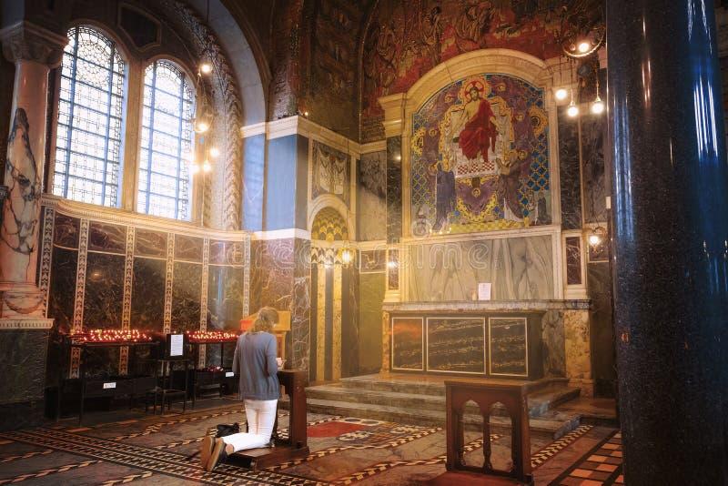 Nicht identifizierte Leute in Westminster-Kathedrale lizenzfreie stockbilder