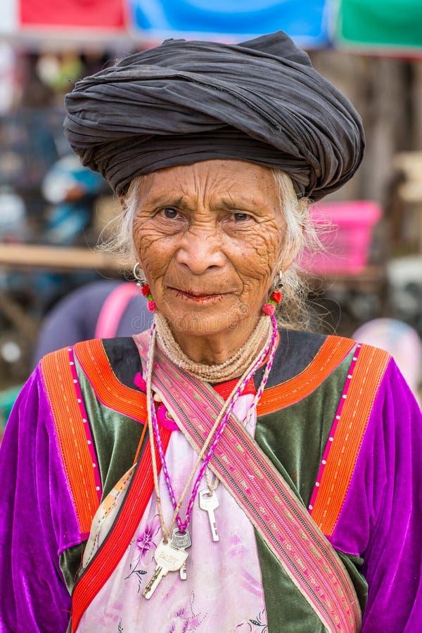 Nicht identifizierte Lisu-Stammfrau im traditionellen Kostüm in Pai-Dorf lizenzfreies stockbild