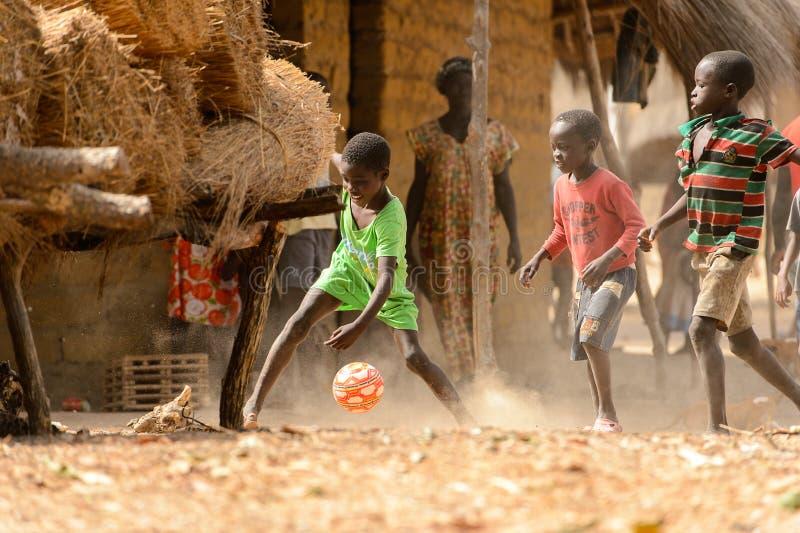 Nicht identifizierte lokale Jungen spielen Fußball auf der orange Insel stockfotos