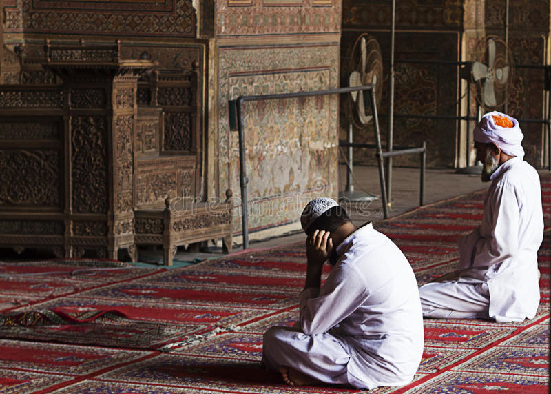 Nicht identifizierte Männer beten bei Wazir Khan Mosque, Lahore Pakistan lizenzfreie stockbilder