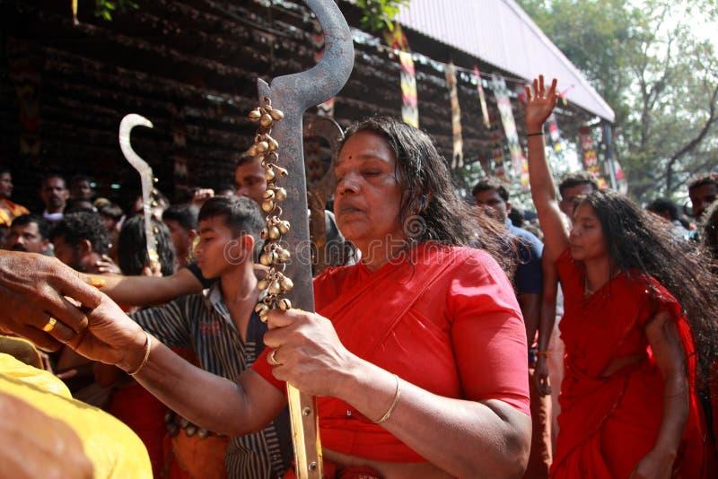 Nicht identifizierte Orakel tanzen in Trance während des Bharani-Festivals an Tempel Kodungallur Bhagavathi lizenzfreies stockbild