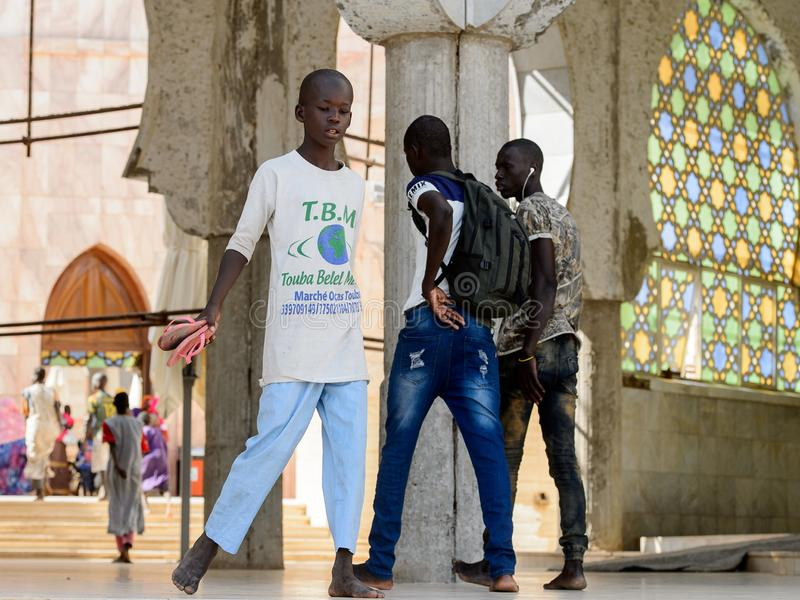 Nicht identifizierte senegalesische Jungen gehen in die große Moschee von Touba, lizenzfreie stockfotografie