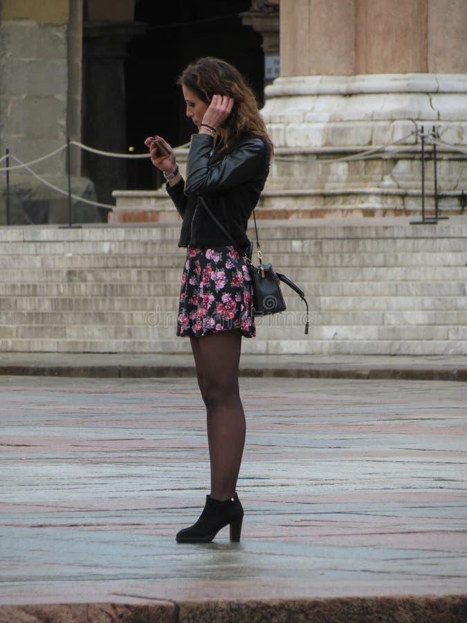 Nicht identifizierte stilvolle Frau mit Handy lizenzfreie stockfotografie