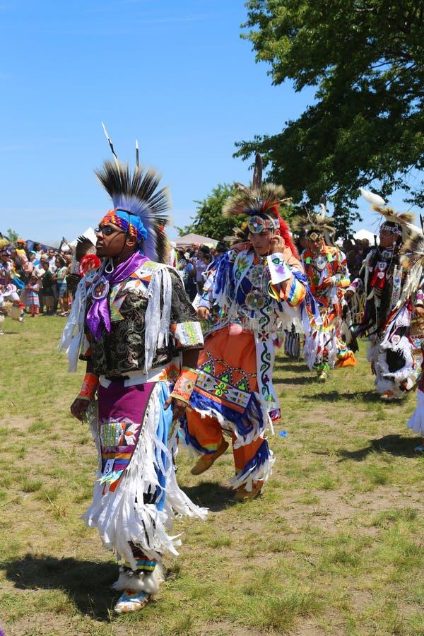 Nicht identifizierte Tänzer des amerikanischen Ureinwohners am NYC-Kriegsgefangen wow stockfoto