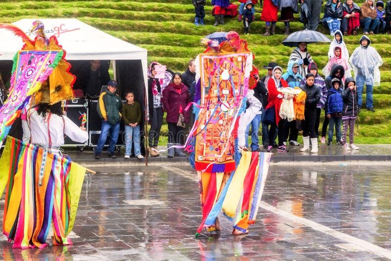 Nicht identifizierte Tänzer mit durchdachtem Kostüm bei Inti Raymi, einheimische Feier in Ingapirca, Canar, Ecuador lizenzfreies stockbild
