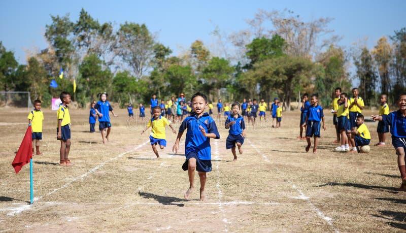 Nicht identifizierte thailändische alte Athleten der Studenten 4 - 12 Jahre stockbilder