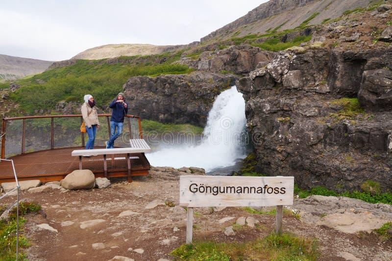 Nicht identifizierte Touristen, die Foto des kleinen Wasserfalls, Island machen lizenzfreie stockfotos