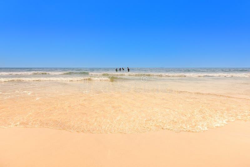 Nicht identifizierte Touristen sind genießen auf dem Strand - Weißer Sandstrand lizenzfreies stockfoto