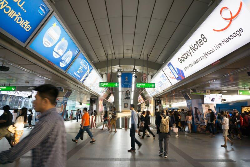 Nicht identifizierte Völker an BTS-skytrain Kreuzung im Einsatz für peo lizenzfreie stockbilder