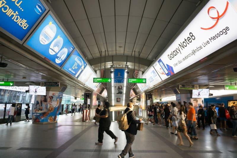 Nicht identifizierte Völker an BTS-skytrain Kreuzung im Einsatz für peo lizenzfreies stockbild