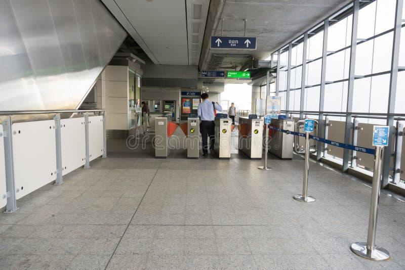 Nicht identifizierte Völker an BTS-skytrain Samrong verlängern Station in s lizenzfreie stockbilder