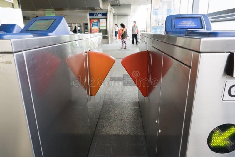 Nicht identifizierte Völker an BTS-skytrain Samrong verlängern Station in s lizenzfreie stockfotos