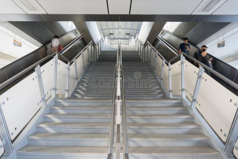 Nicht identifizierte Völker an BTS-skytrain Samrong verlängern Station in s stockbilder