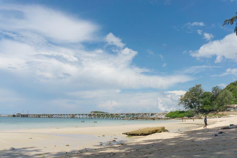 Nicht identifizierte Völker genießen an Nangrum-Strand Sattahip-Bucht stockfoto