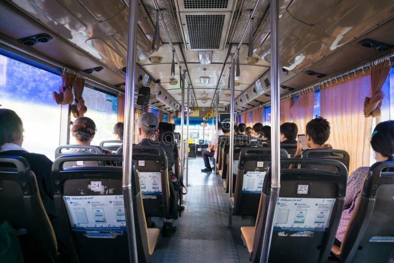 Nicht identifizierte Völker sitzen im Luft konditionierten Bus stockbild