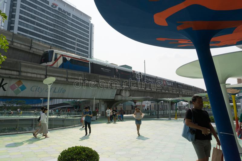 Nicht identifizierte Völker vor Siam Paragon-Einkaufszentrum mit stockfotos