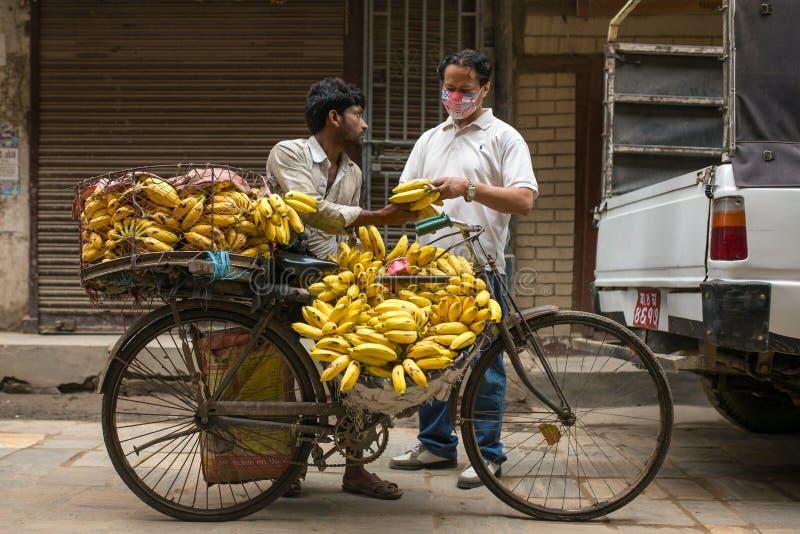 Nicht identifizierter Bananenverkäufer auf den Straßen von Kathmandu, Nepal lizenzfreies stockbild