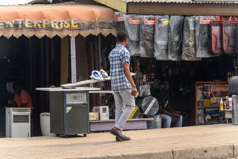 Nicht identifizierter ghanaischer Mann im karierten Hemd von hinten Wege auf t stockfotos