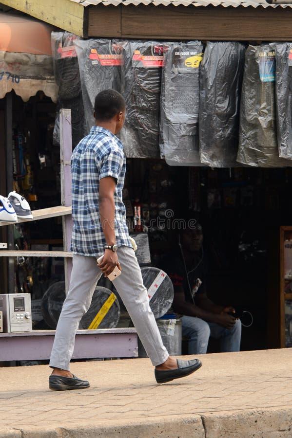 Nicht identifizierter ghanaischer Mann im karierten Hemd von hinten Wege auf t stockbilder