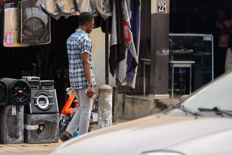 Nicht identifizierter ghanaischer Mann im karierten Hemd von hinten Wege auf t stockfoto