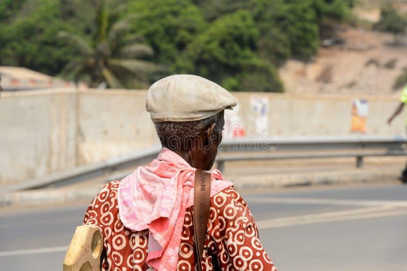 Nicht identifizierter ghanaischer Mann von hinten Wege entlang der Straße von E lizenzfreies stockfoto