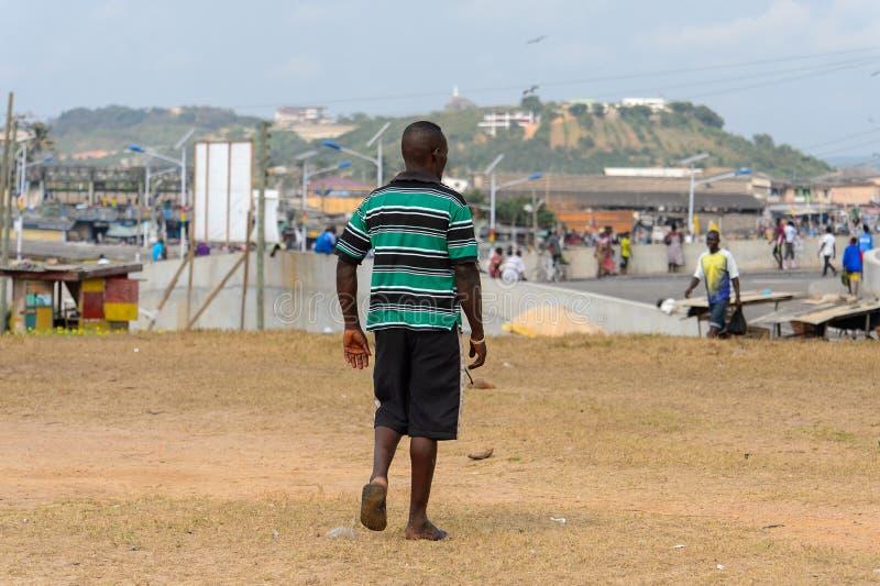 Nicht identifizierter ghanaischer Mann von hinten Wege in gestreiftem Hemd an stockfoto