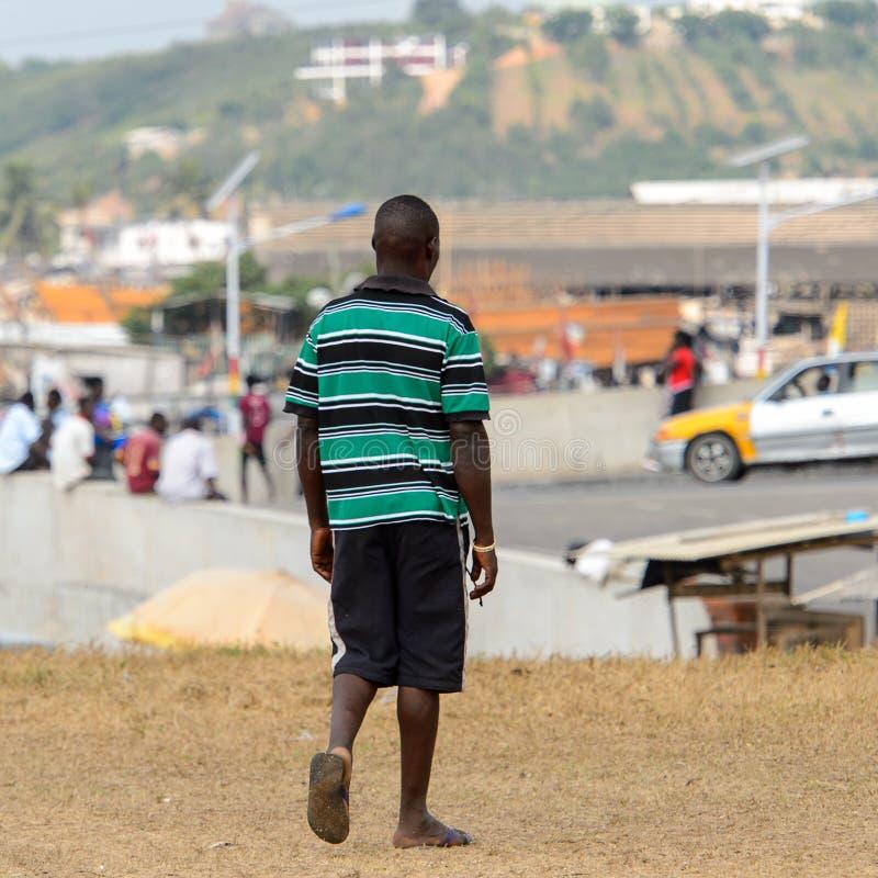 Nicht identifizierter ghanaischer Mann von hinten Wege in gestreiftem Hemd an lizenzfreies stockbild