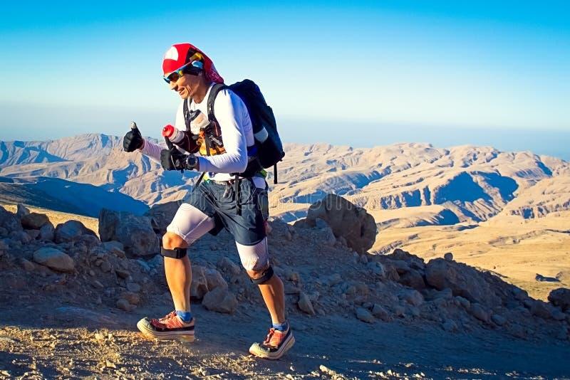 Nicht identifizierter Läufer, der in Berge nahe Qalhat auf extremem Marathon läuft stockbilder