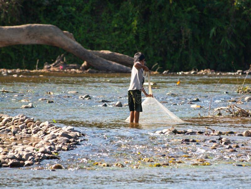 Nicht identifizierter laotianischer Fischer lizenzfreie stockfotos