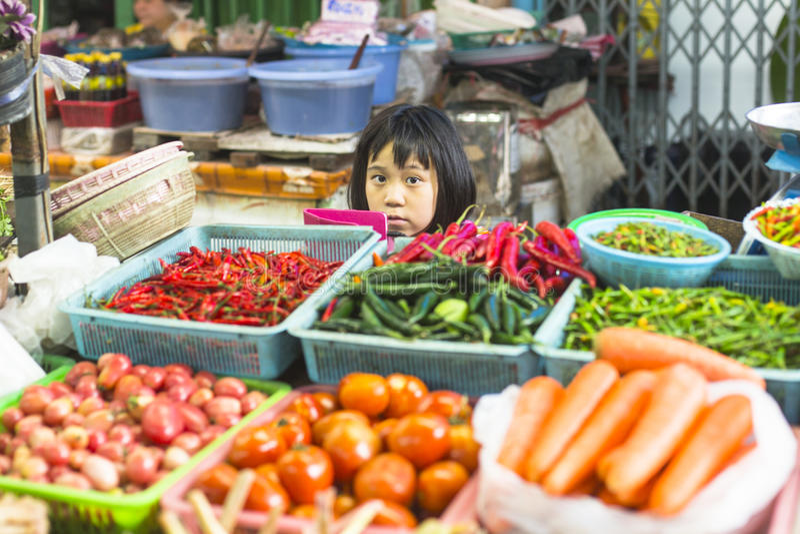 Nicht identifizierter Mädchenkinderverkäufer auf dem birmanischen Straßenmarkt in Bangkok lizenzfreie stockbilder