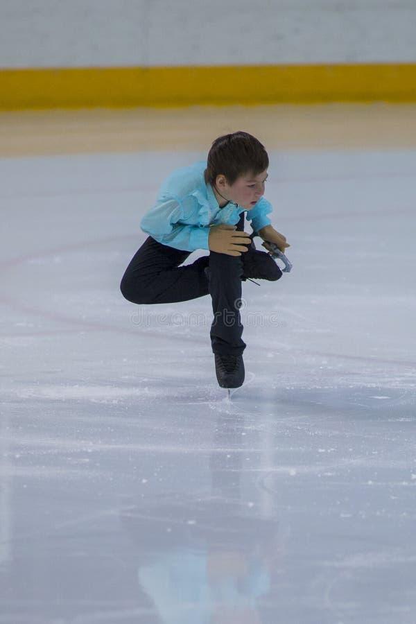 Nicht identifizierter Männerfigur-Schlittschuhläufer führt Bronzeklassen-Mann-freies Eislaufprogramm an der Minsk-Arena-Schale du lizenzfreie stockbilder