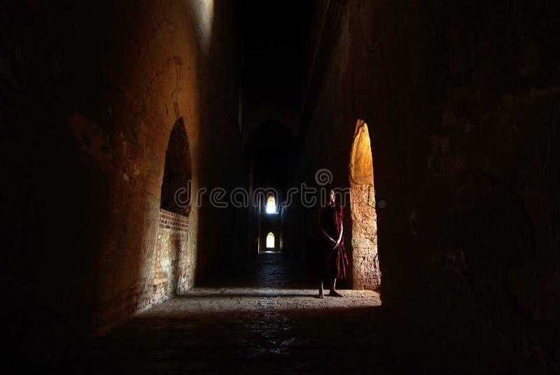 Nicht identifizierter Mönch, der am Fenster in altem Bagan steht lizenzfreies stockfoto