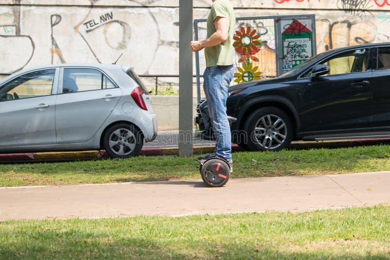 Nicht identifizierter Mann, der ein hoverboard reitet lizenzfreie stockbilder