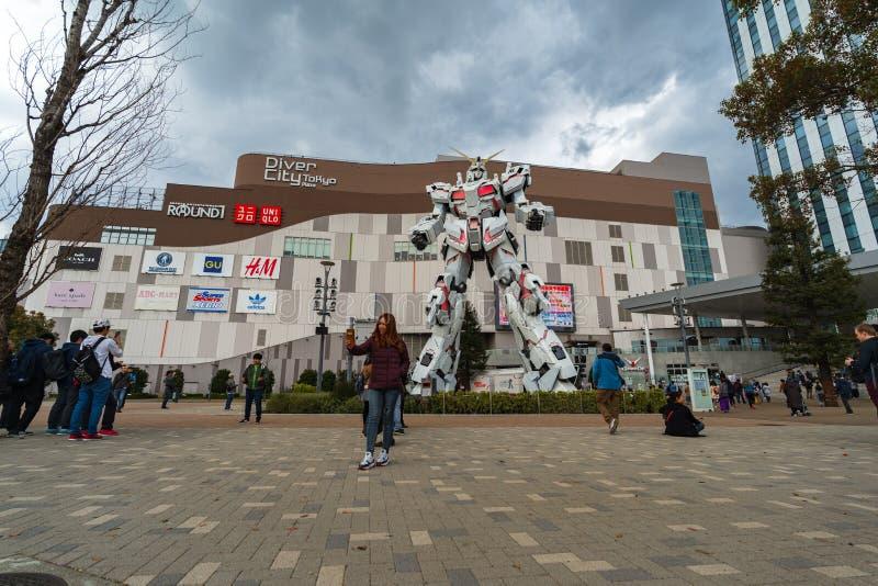 Nicht identifizierter Tourist besuchte Statue von Gundam vor der Piazza DiverCity Tokyo, Japan stockfotos